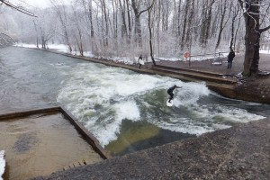 "Winter surfing in Munich - turbulent flow in a standing wave aka ""hydraulic jump"""